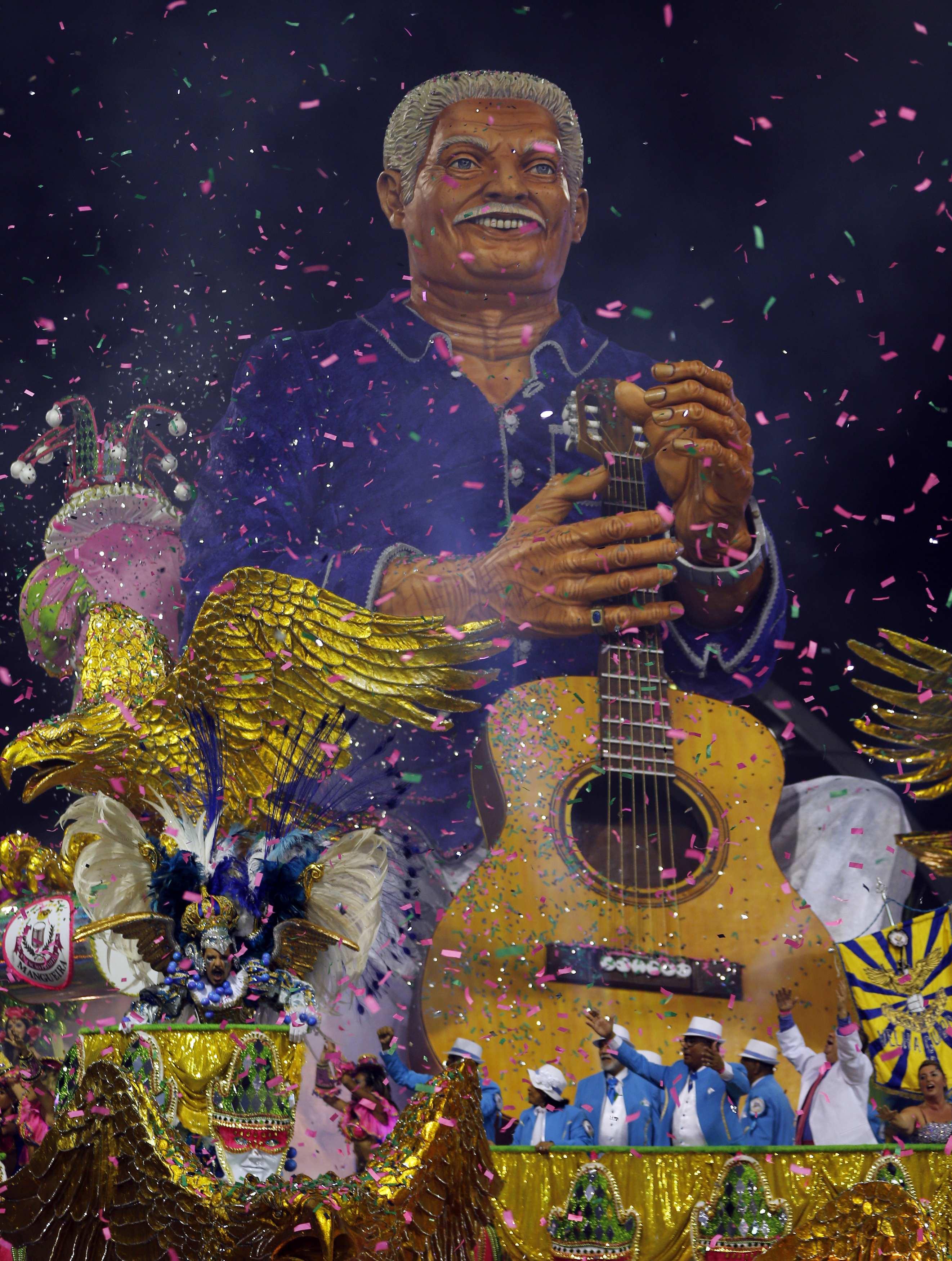 Carro alegórico da escola de samba Águia de Ouro durante desfile no Anhembi | Paulo Whitaker/Reuters