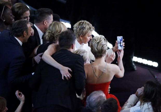 A apresentadora Ellen Degeneres tira foto com astros e estrelas na festa do Oscar | Lucy Nicholson/Reuters