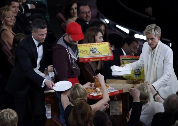 A apresentadora Ellen Degeneres entrega pizzas para astros e estrelas na festa do Oscar | Lucy Nicholson/Reuters