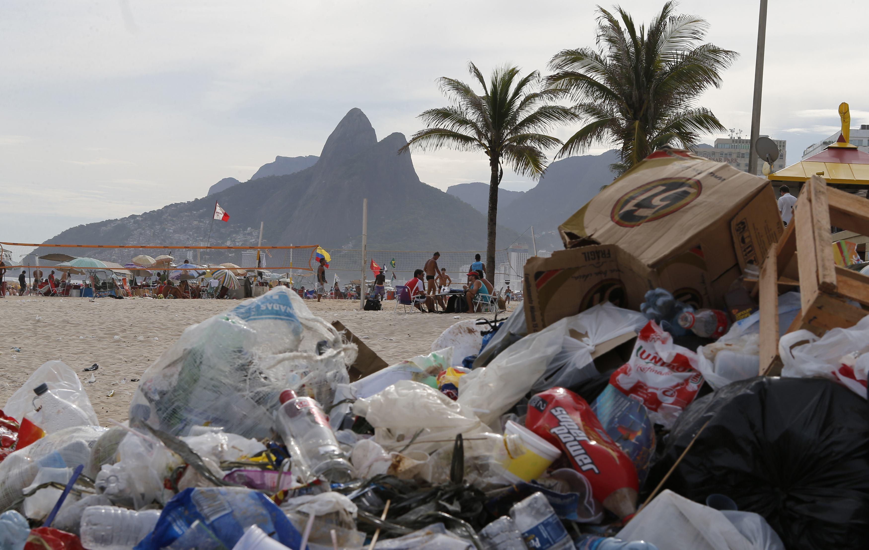 Lixo acumulado em praia do Rio durante greve dos garis | Sergio Moraes/Reuters