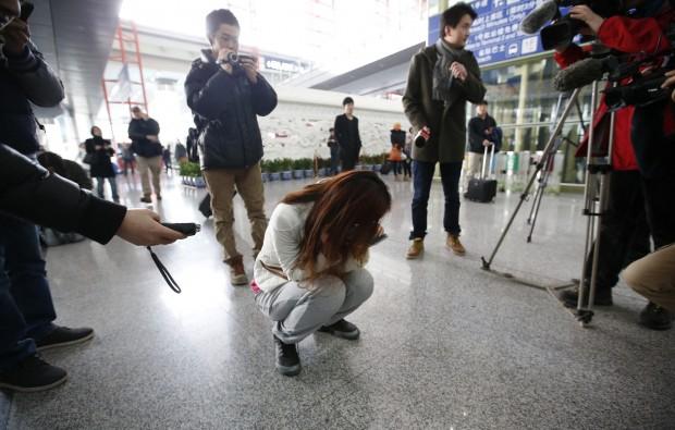 Parente de passageiros do avião desaparecido da Malaysia Airlines chora no aeroporto de Pequim, na China | Kim Kyung-Hoon/Reuters