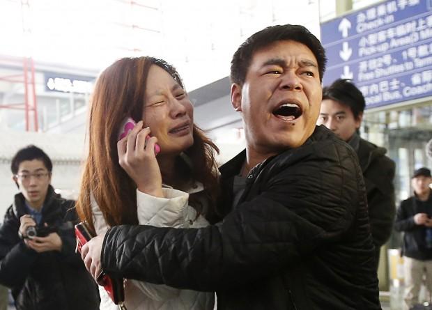 Parente de passageiros do avião desaparecido da Malaysia Airlines chora e fala ao telefone no aeroporto de Pequim, na China | Kim Kyung-Hoon/Reuters