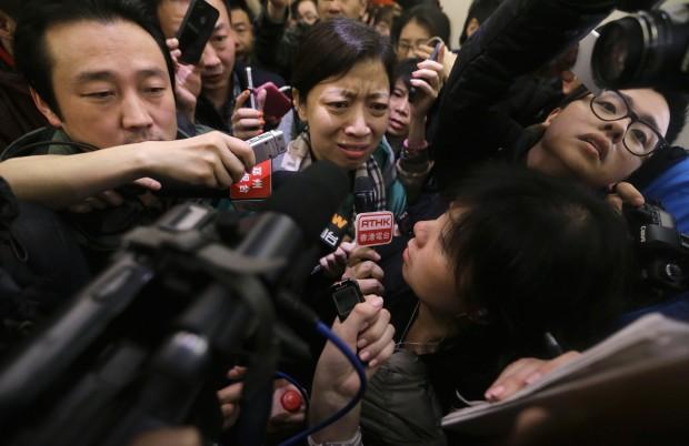 Familiares de passageiros do avião desaparecido da Malaysia Airlines chegam ao aeroporto internacional de Kuala Lumpur à procura de informações e são cercados por jornalistas | Samsul Said/Reuters