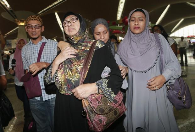 Familiares de passageiros do avião desaparecido da Malaysia Airlines chegam ao aeroporto internacional de Kuala Lumpur à procura de informações | Samsul Said/Reuters