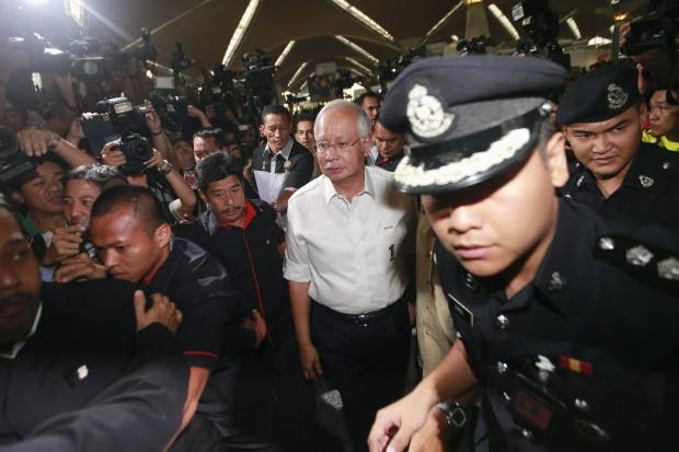 O primeiro-ministro da Malásia, Najib Razak, chega à área onde familiares e amigos de passageiros de avião desaparecido aguardam por informações no aeroporto Internacional de Kuala Lumpur | Samsul Said/Reuters