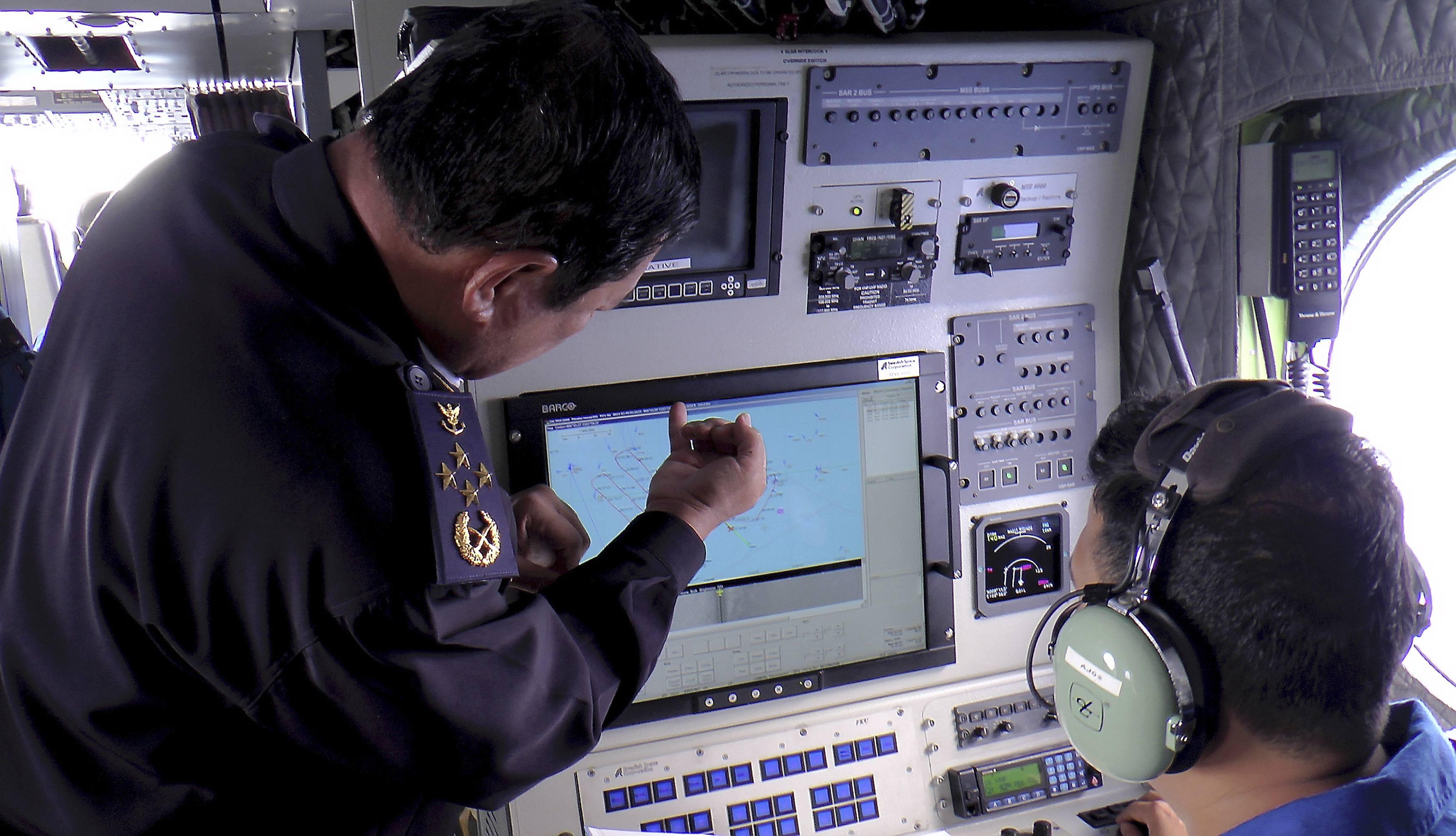 Autoridades da Marinha da Malásia observam radar à procura de sinais do Boeing desaparecido da Malaysian Airlines | Marinha da Malásia/Reuters