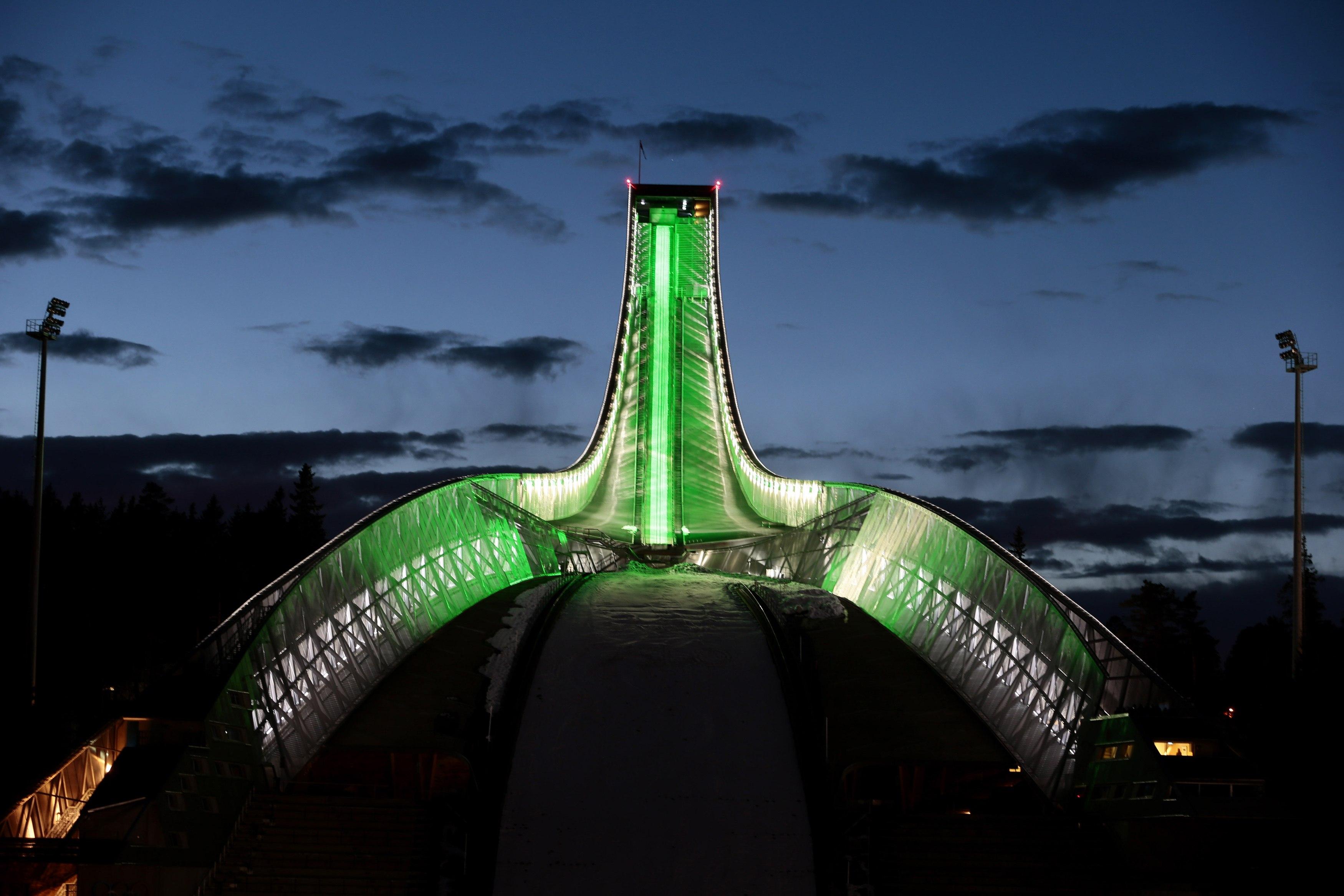 Em Oslo, na Noruega, o trampolim para saltos de ski de Holmenkollen, o mais antigo do mundo, ganhou tons verdes | Hakon Mosvold Larsen/Reuters