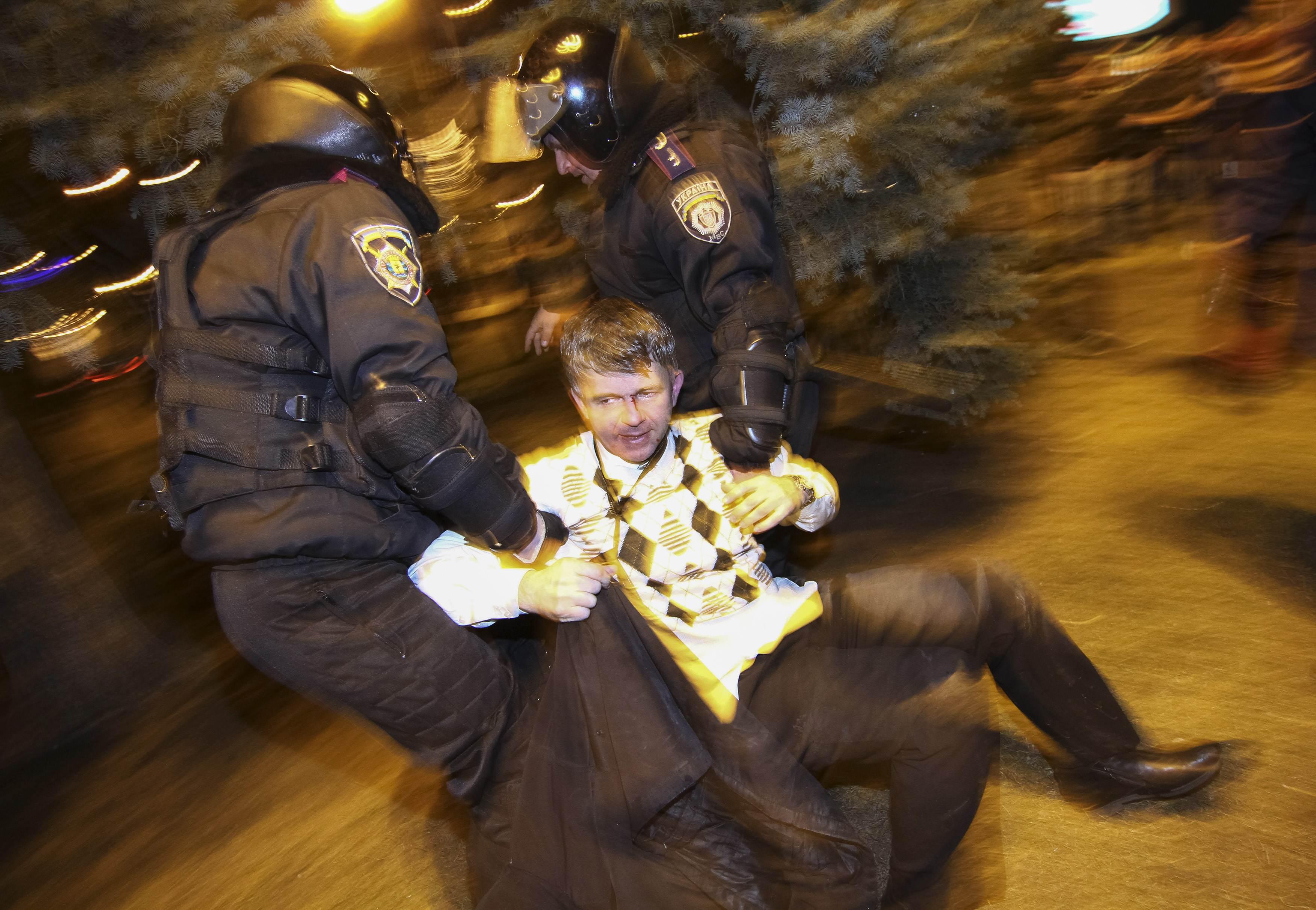 Policiais prendem manifestante durante confronto na cidade ucraniana de Donetsk, onde uma pessoa morreu | Mikhail Maslovsky/Reuters