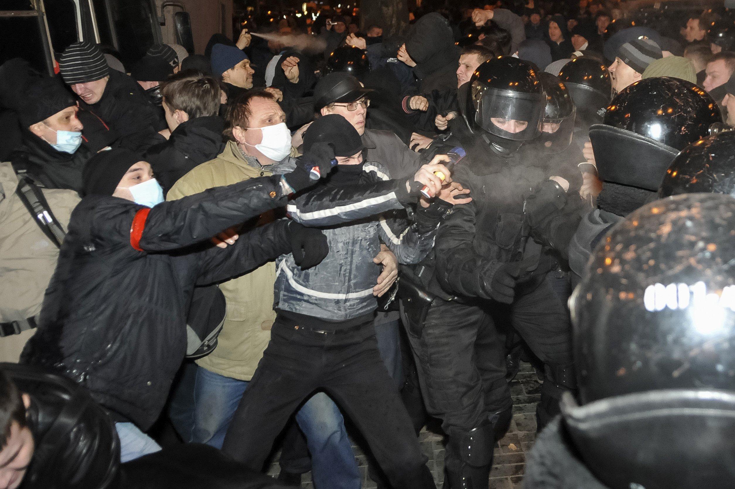 Manifestantes se enfrentam na cidade ucraniana de Donetsk, onde uma pessoa morreu | Mikhail Maslovsky/Reuters