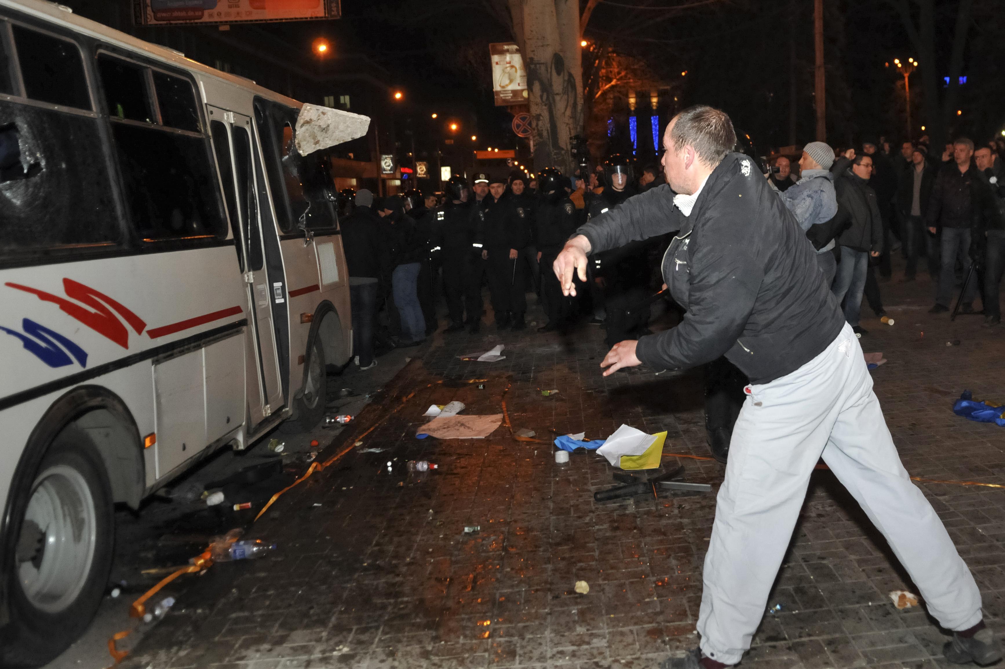 Manifestante atira pedra em veículo na cidade ucraniana de Donetsk, onde uma pessoa morreu | Mikhail Maslovsky/Reuters