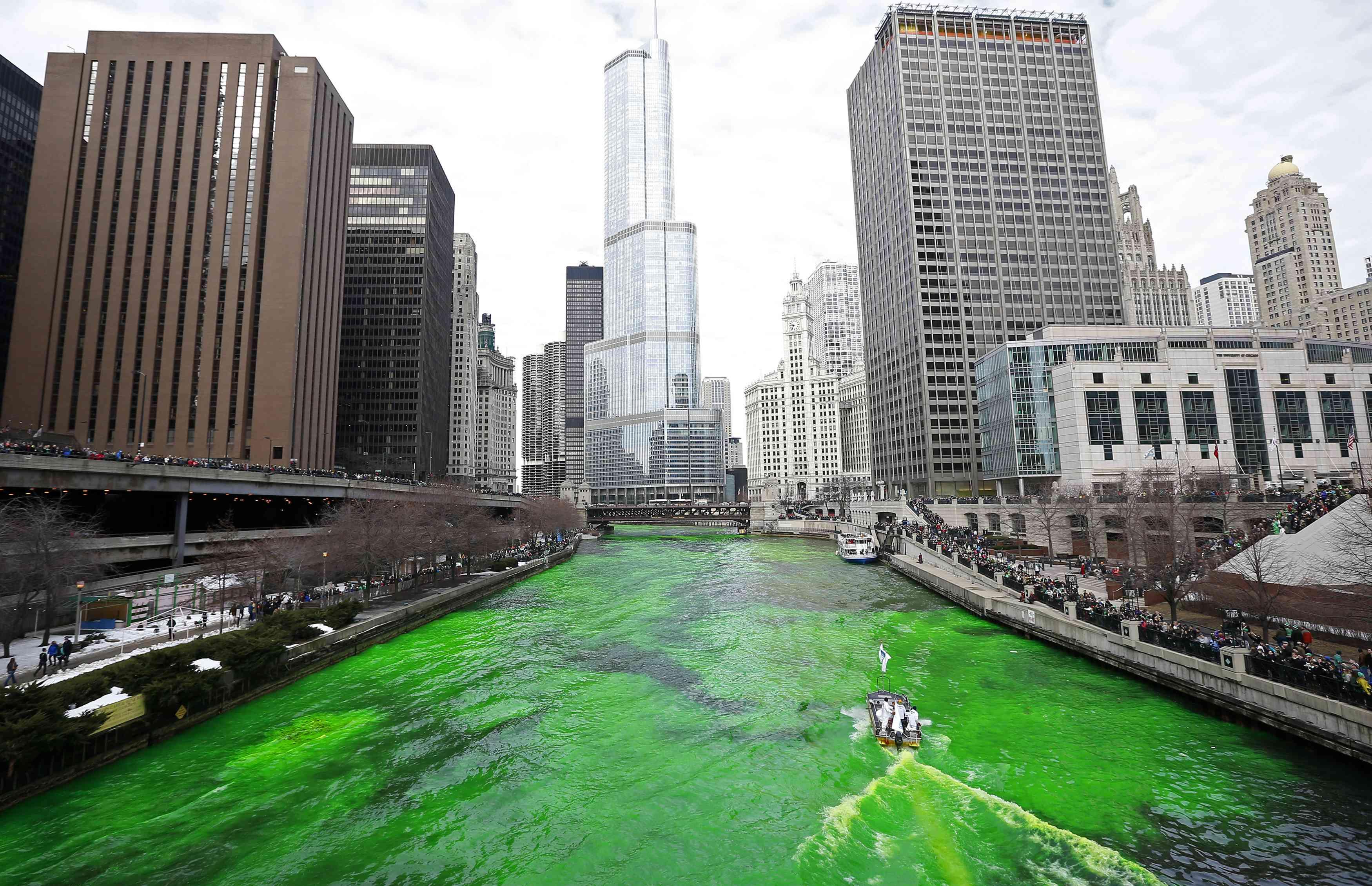 Rio Chicago ganha coloração verde, uma tradição da festa pelo Dia de São Patricio | Jim Young/Reuters