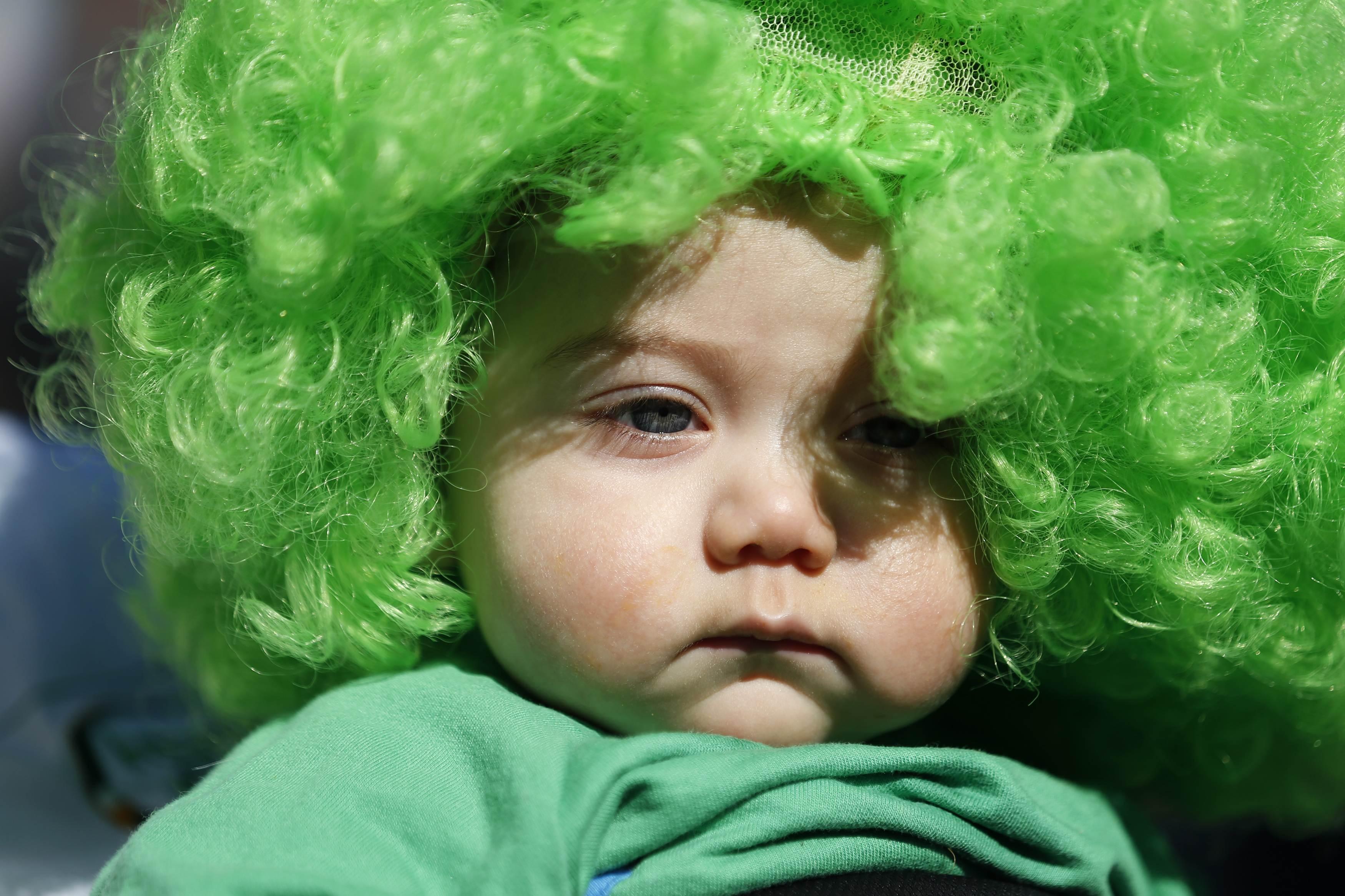 Bebê vestido de verde participa da parada pelo Dia de São Patrício, em Londres, na Inglaterra | Olivia Harris /Reuters
