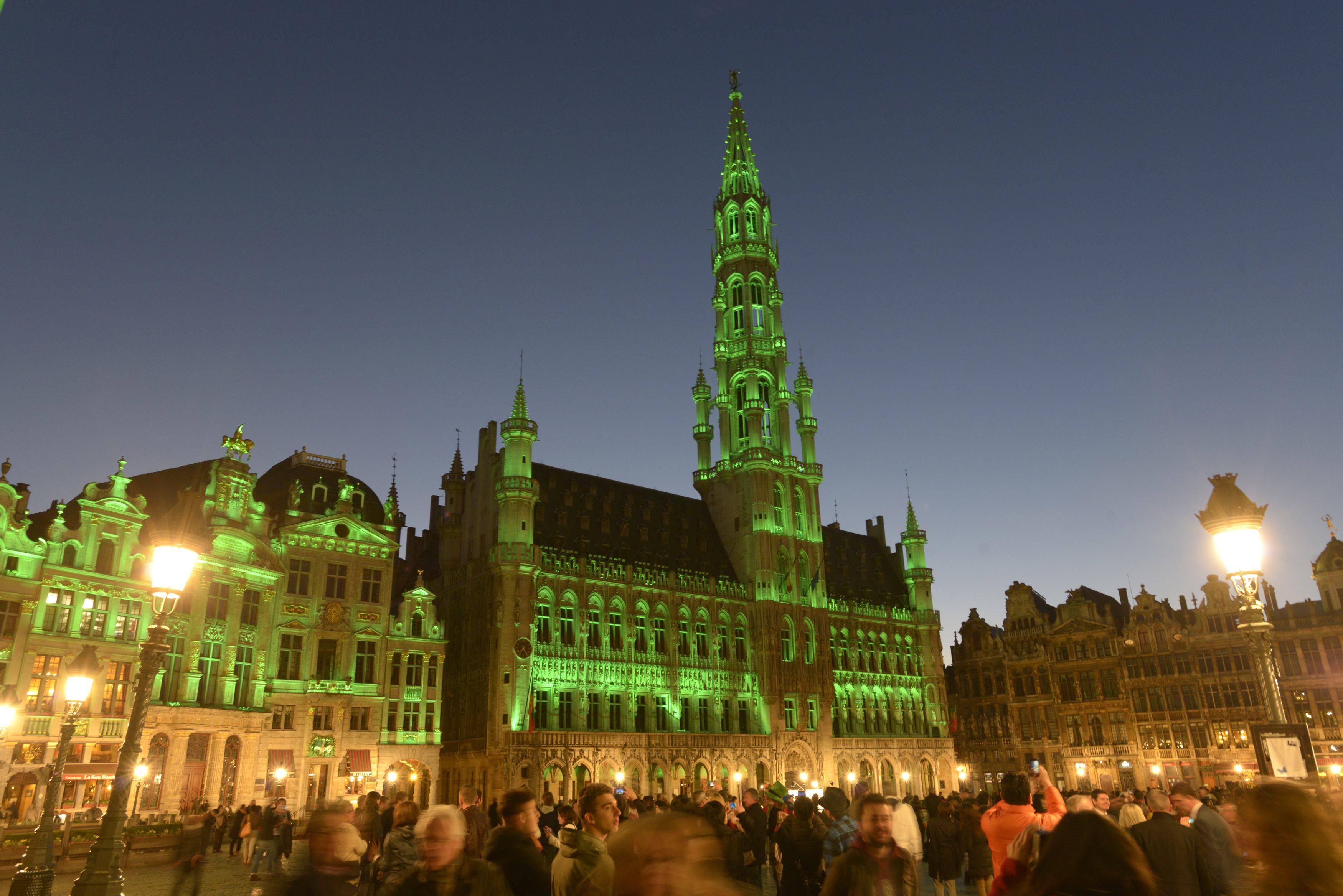 Palácio de Bruxelas, na Bélgica, ganha tons verdes em comemoração ao dia de São Patrício | Eric Vidal/Reuters