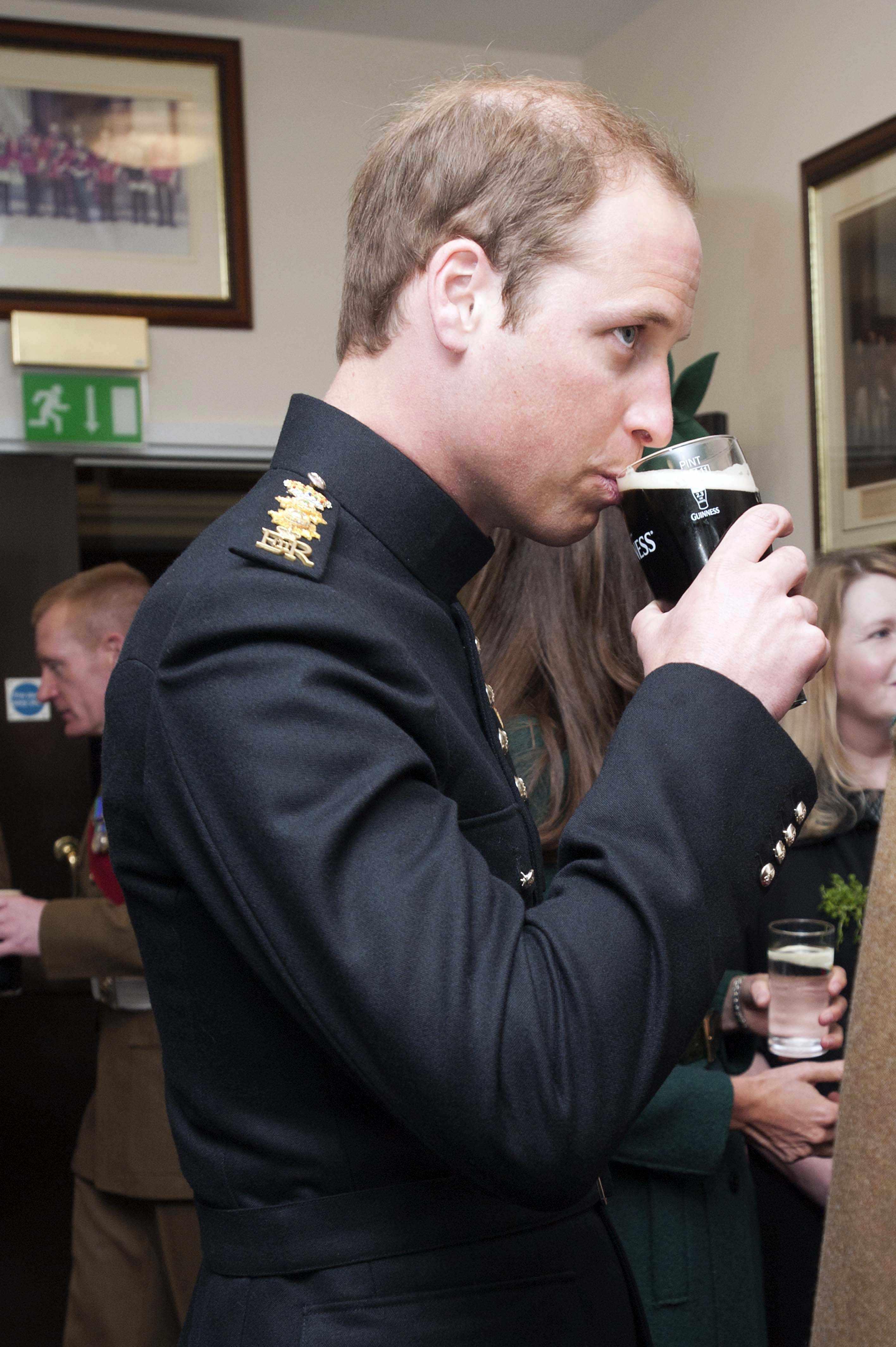 O príncipe William bebe a cerveja irlandesa Guinness durante parada pelo Dia de São Patrício na Inglaterra | Bradley Page/Reuters
