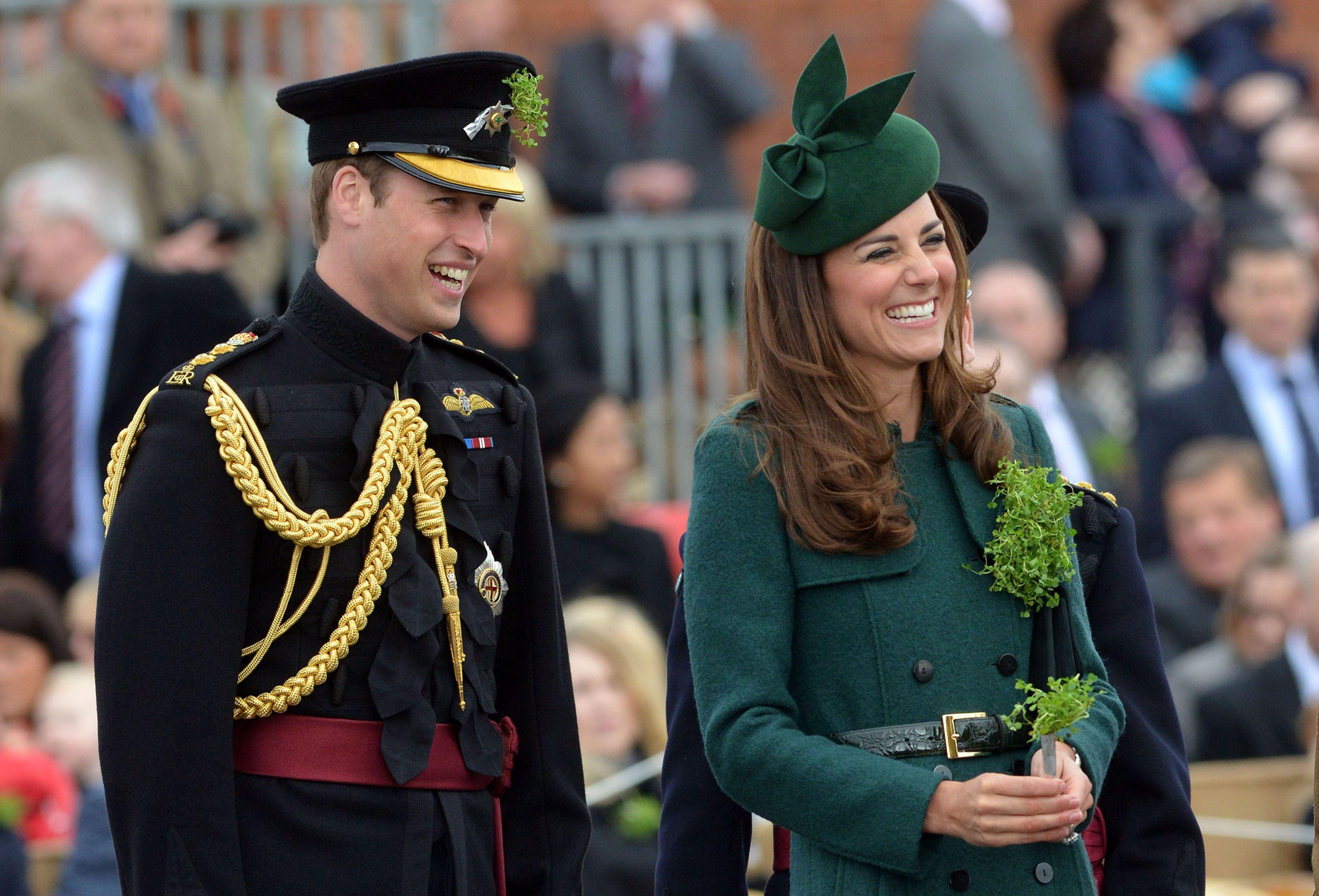 O príncipe William e a mulher dele, Kate, a duquesa de Cambridge,  prestigiam a parada pelo Dia de São Patrício na Inglaterra | Bradley Page/Reuters