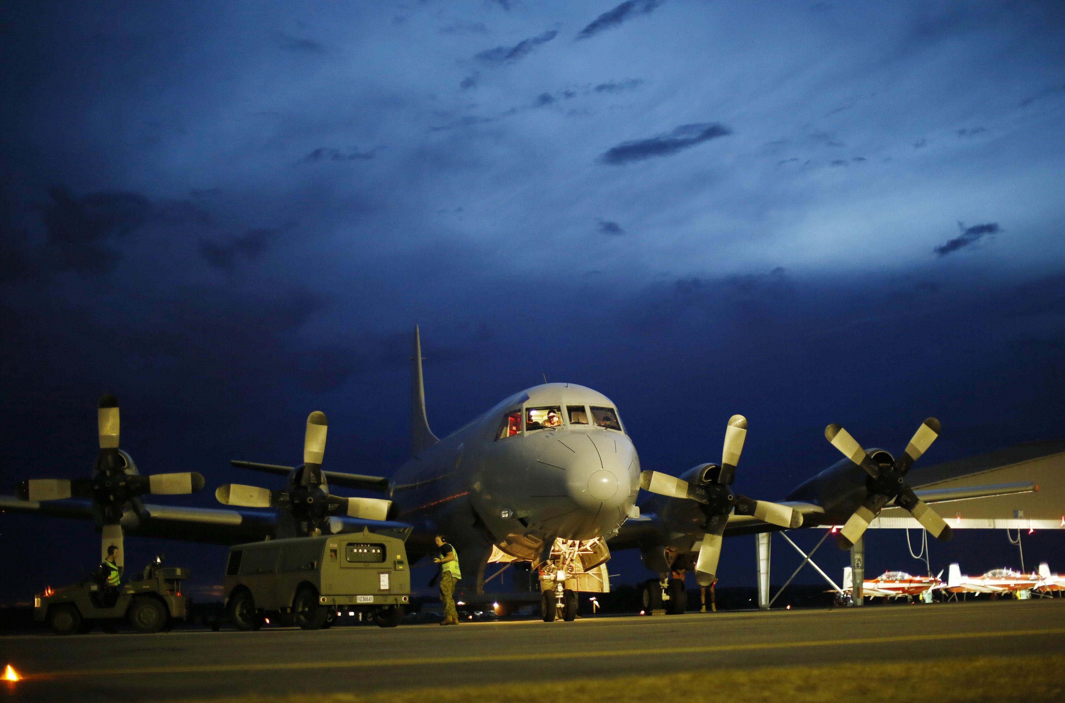 Um avião da Força Aérea da Austrália  é fotografado após retornar de uma busca à aeronave desaparecida da Malayasian Airlines | Jason Reed/ Reuters