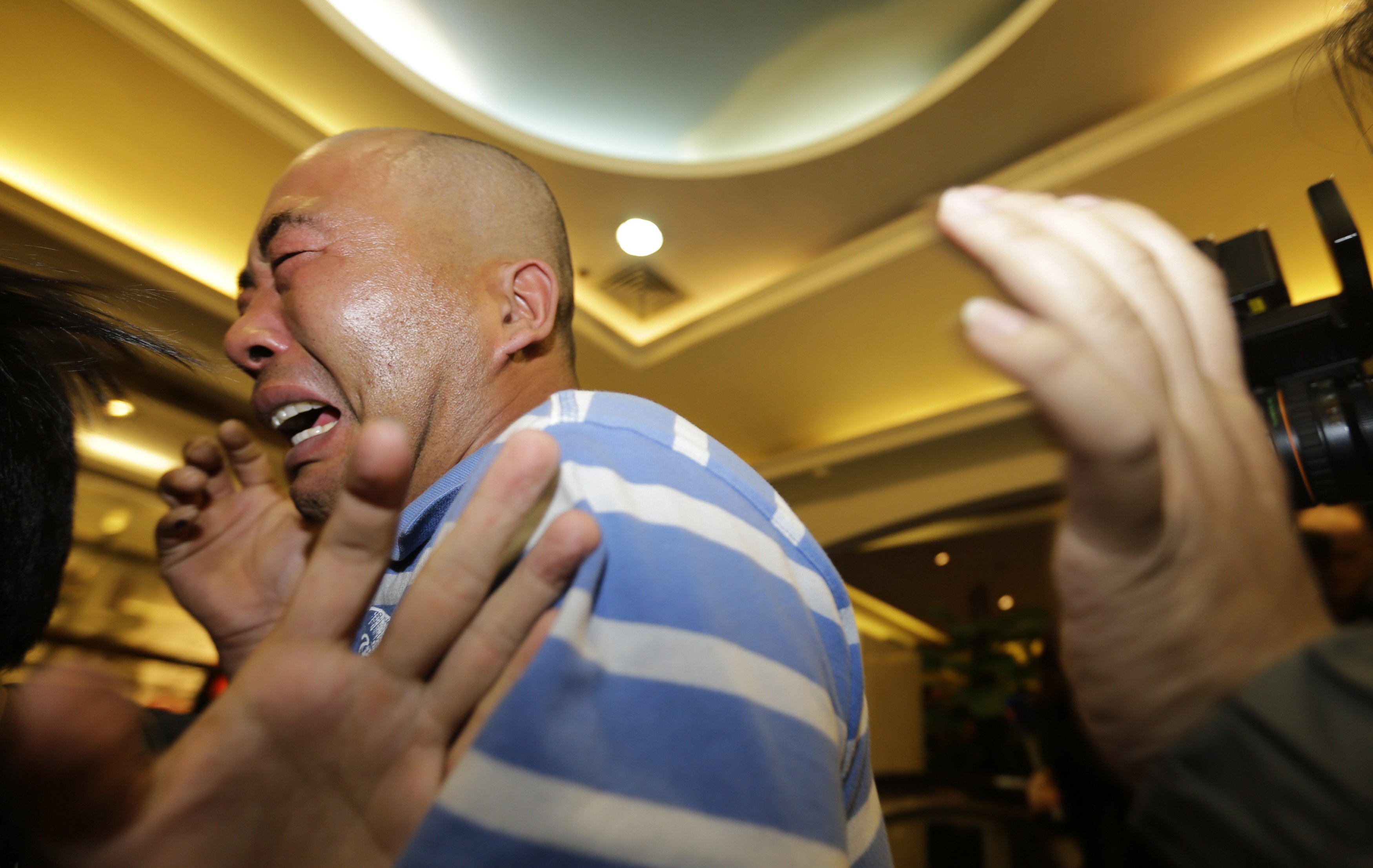 Parentes dos passageiros que estavam a bordo do Malayasia Airlines choram após receberem a notícia sobre o desaparecimento do avião | Jason Lee/ Reuters