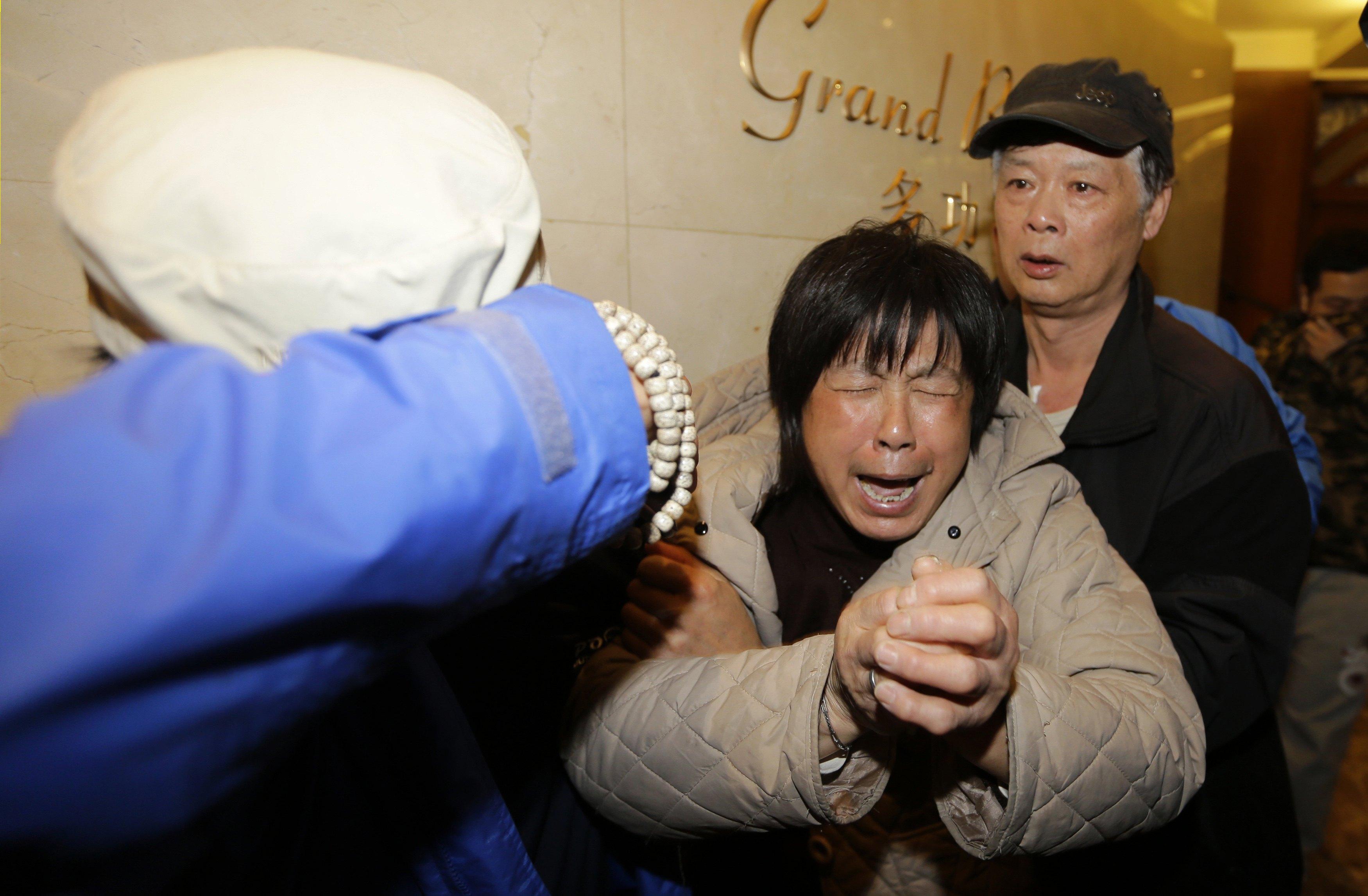 Parente de passageiro do avião da Malaysia Airlines se desespera ao receber a notícia | Jason Lee/Reuters
