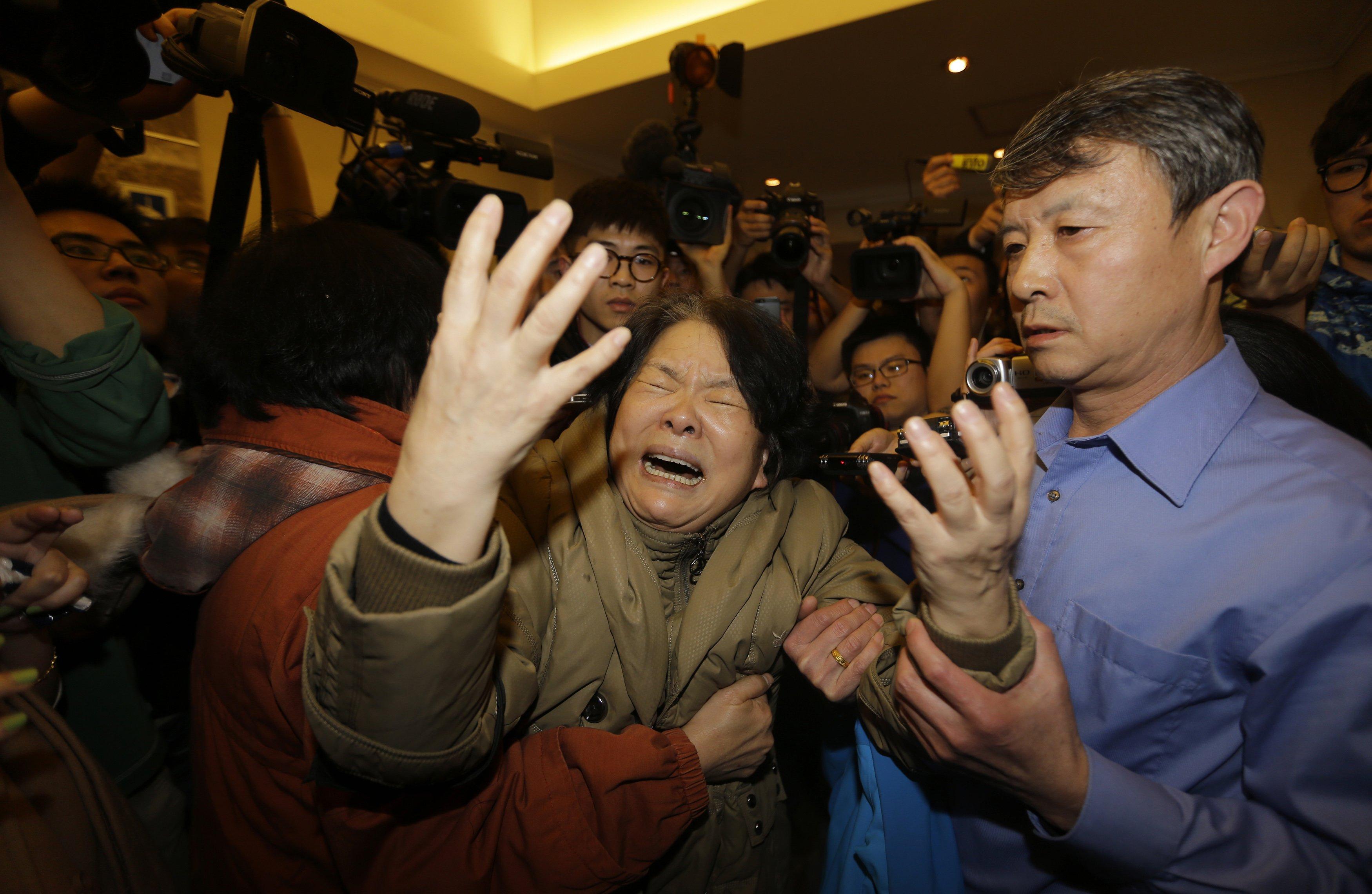 Parente de passageiro se desespera ao receber a notícia de que o avião Malaysia Airlines caiu no Oceano Índico | Jason Lee/ Reuters