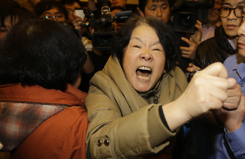 Parente de passageiro  que estava a bordo do Malaysia Airlines se desespera com a notícia de que a aeronave caiu no Oceano Índico | Kim Kyung-Hoon/ Reuters