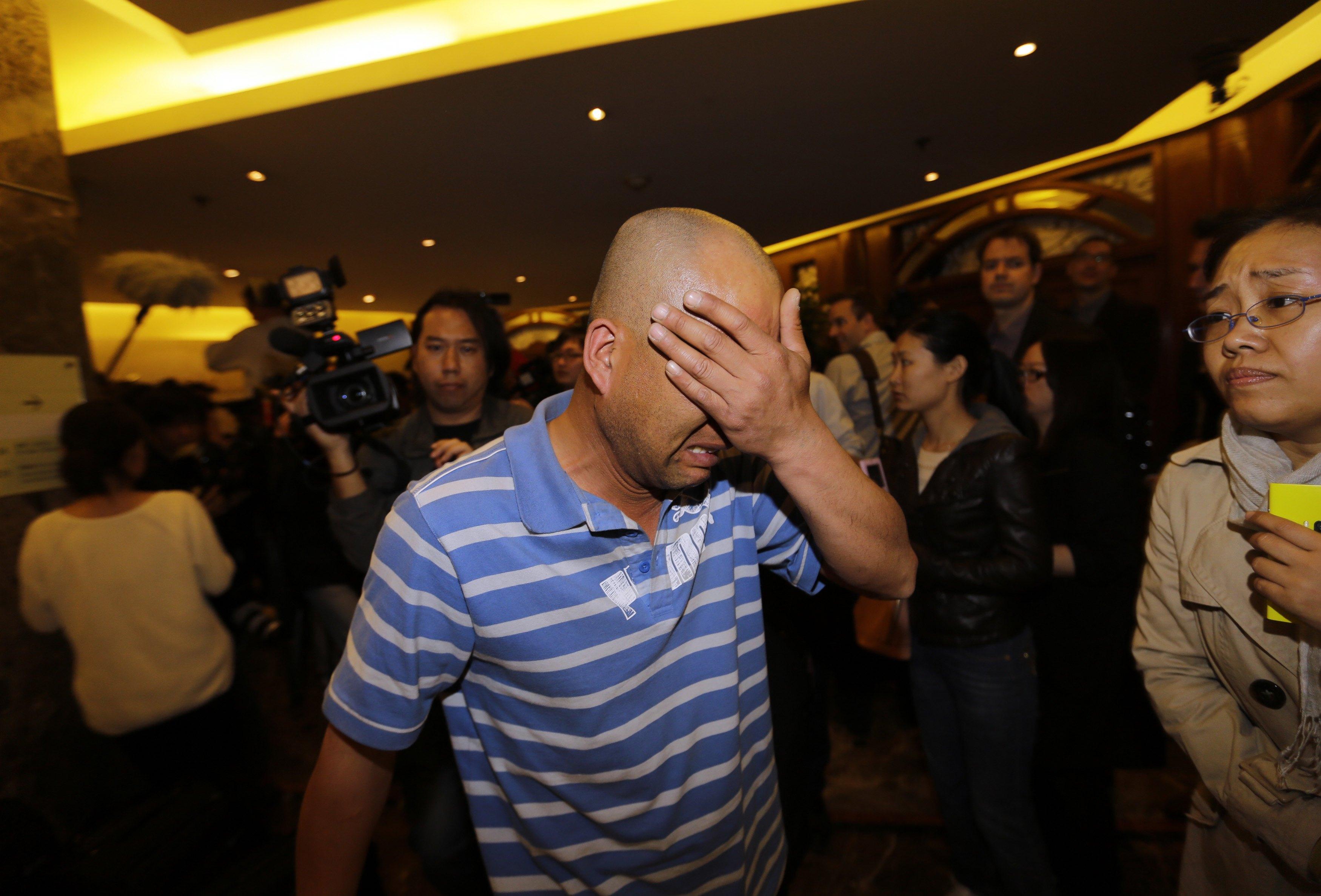 Parente de passageiro que estava a bordo do vôo chora  após ouvir a declaração do primeiro-ministro da Malásia  | Jason Lee/ Reuters