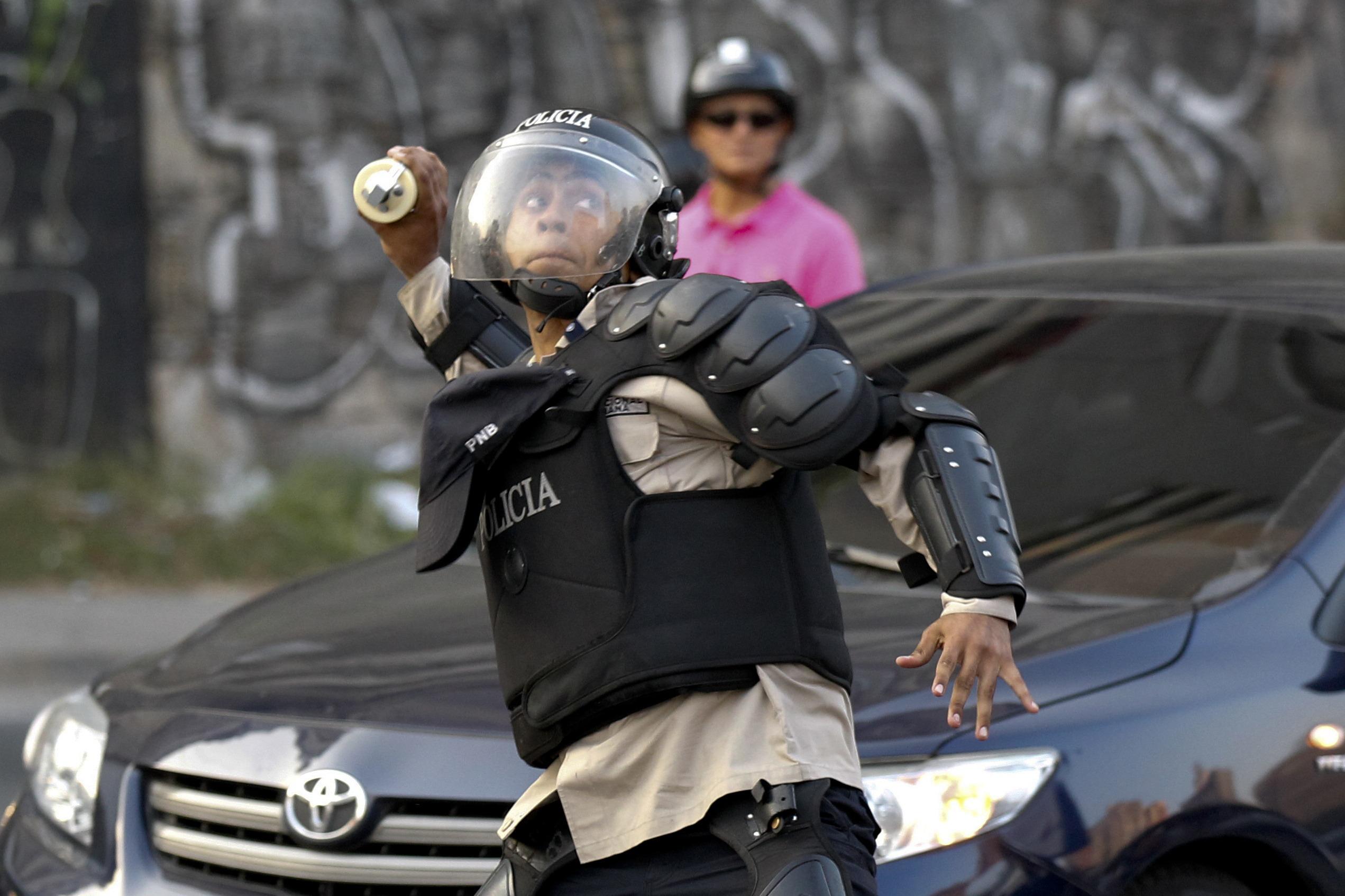 Policial venezuelano atira bombas contra manifestantes opositores ao governo de Nicolás Maduro | Christian Veron/Reuters