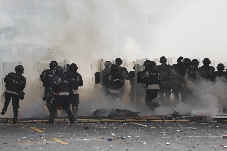 Policiais venezuelanos tentam conter manifestantes opositores ao governo de Nicolás Maduro | Christian Veron/Reuters