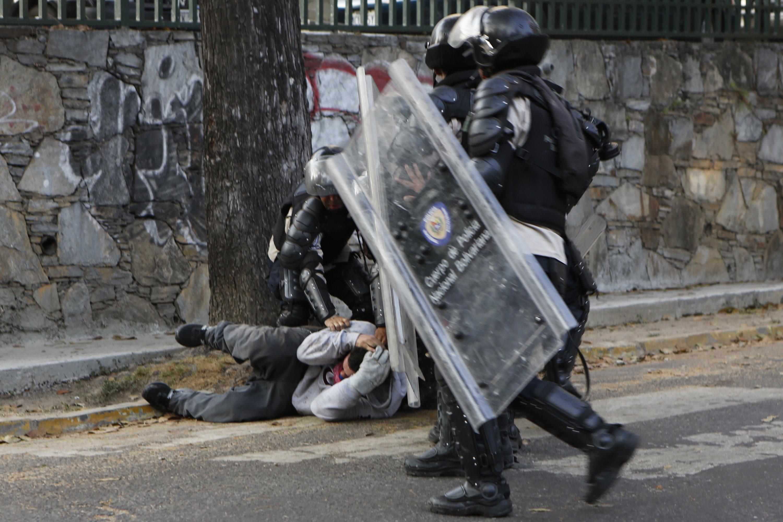 Policiais venezuelanos agridem manifestantes opositores ao governo de Nicolás Maduro | Christian Veron/Reuters