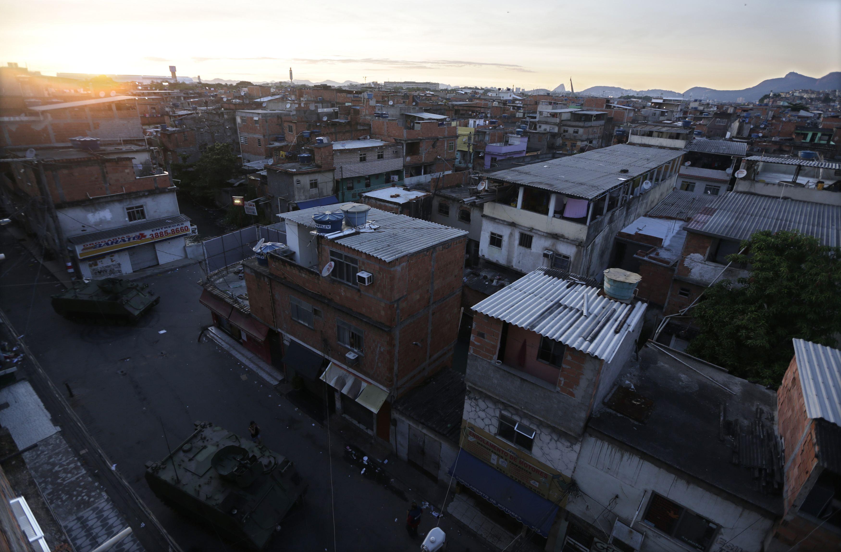 Blindados da Marinha brasileira, utilizados na ocupação do Complexo da Maré, passam por ruas da favela | Ricardo Moraes/Reuters
