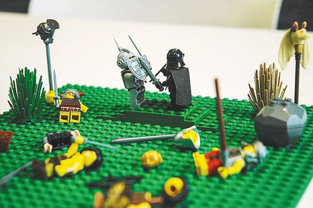 'O Rei Artur e os Cavaleiros da Távola Redonda': Um pulo na Idade Média e na história do rei Artur recontada por Thomas Malory inspirou essa cena de em que Mordred e o lendário monarca britânico se degladiam em meio a outros colegas de batalha já tombados.
