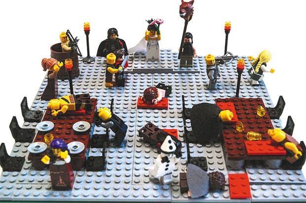 """'As Crônicas de Gelo e Fogo – A Tormenta de Espadas': A foto tem ares de spoiler para quem não acompanha a série """"Game of Thrones"""" ou ainda não terminou o terceiro volume da saga escrita por George R. R. Martin e que inspira o programa da HBO. Sim, é dessa obra que saiu a marcante cena do """"Casamento Vermelho"""", chacina em que meia dúzia de protagonistas dá adeus definitivo aos leitores. A versão Lego do episódio é rica em detalhes: preste atenção na profusão de bloquinhos vermelhos fazendo as vezes de poças de sangue!"""