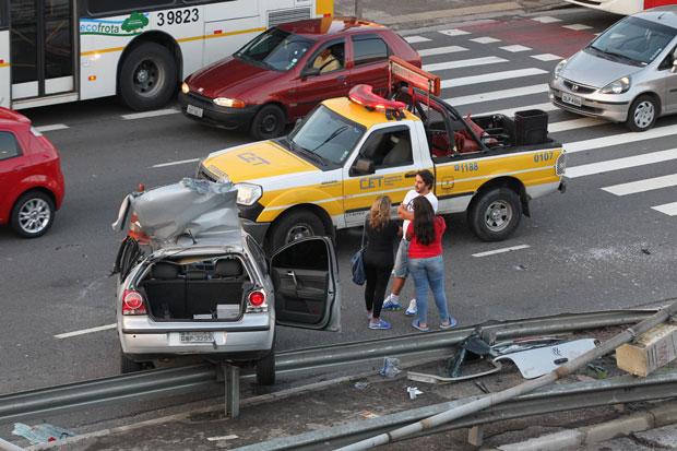 Um motorista bateu o carro em um poste e morreu no bairro do Tatuapé, na zona leste de São Paulo. O caso ocorreu por volta das 9h15 deste domingo, dia 16, na Avenida Conselheiro Carrão. Uma mulher que estava no banco do passageiro ficou ferida. O motorista morreu no local e a mulher socorrida foi levada para o Hospital Cruz Azul. Não há informações sobre o estado de saúde dela | Luiz Guarnieri/Brazil Photo Press/Folhapress