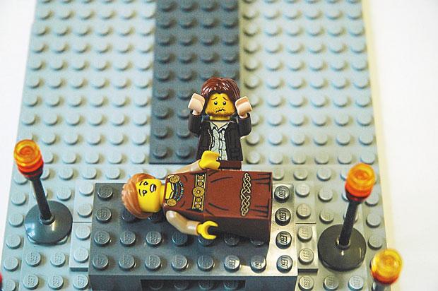 'Romeu e Julieta': Shakespeare nunca imaginaria que o amor impossível de dois jovens retratado em sua famosa peça seria reencenado mais de 400 anos depois com blocos de uma empresa dinamarquesa. A cena escolhida é a mais dramática, quando Romeu se mata após julgar que Julieta está morta.