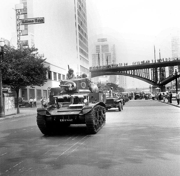 Tropas do Exército ocupam o centro de São Paulo na tarde de 1º de abril | Arquivo/Folhapress