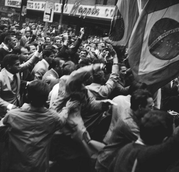 População ocupa a praça da República, no centro, no dia 1º de abril | Arquivo/Folhapress