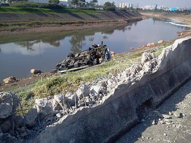 Veículo ficou abandonado no local / Ronaldo Rodrigues/SulAmérica Trânsito