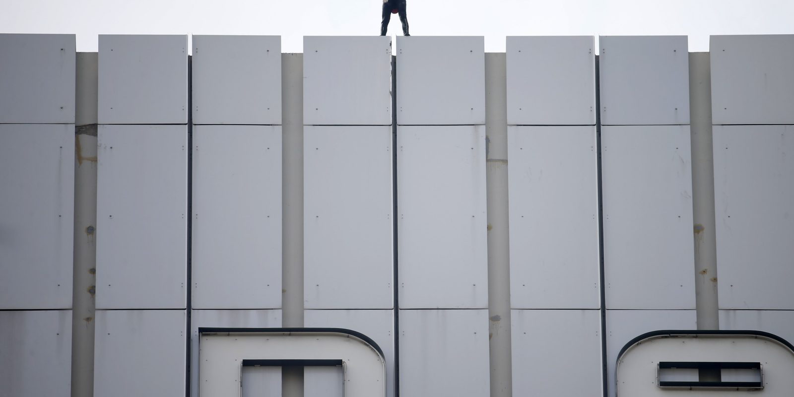 """French climber Alain Robert, also known as """"Spiderman"""", reacts after scaling the 152 metre Ariane Tower at La Defense financial and business district outside Paris. Imagen Por: French climber Alain Robert, also known as"""