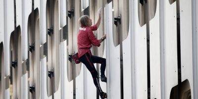 """French climber Alain Robert, also known as """"Spiderman"""", scales the 152 metre Ariane Tower at La Defense financial and business district outside Paris. Imagen Por: French climber Alain Robert, also known as"""