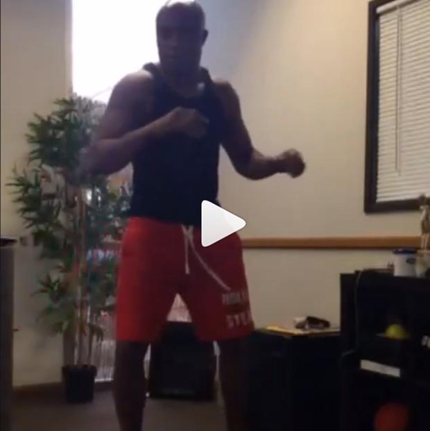 Anderson Silva postou um vídeo no Instagram chutando uma bola contra a parede | Reprodução/Youtube