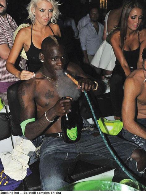 As baladas e o cigarro também fazem parte da vida do atacante. Foi flagrado na farra em Saint-Tropez, na França, após o vice na Euro com a Azzurra em 2012.  Narguilé, garrafas de espumante e massagens de uma bela loira | Reprodução