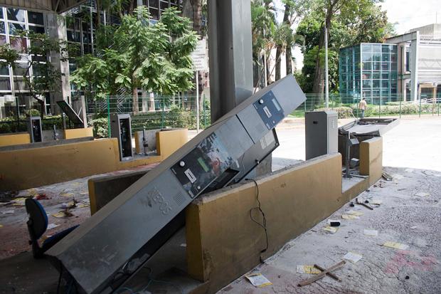 Cabine de cobrança também foi depredada | Mauricio Camargo/Eleven/Folhapress