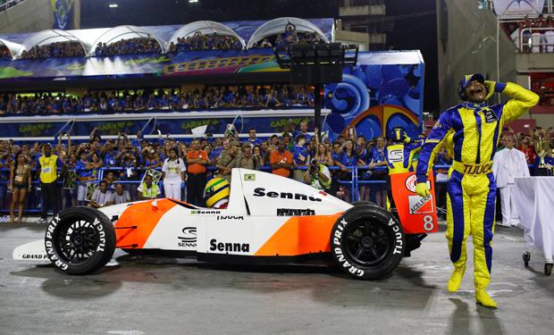 Réplica do carro de Senna, de 1993, foi para a Sapucaí | Pilar Olivares/Reuters