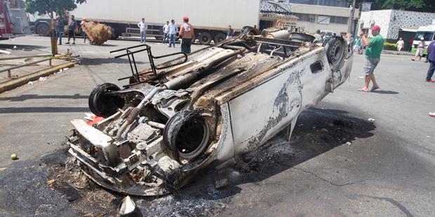 Carro foi depredado e incendiado antes da chegada da polícia | Mário Ângelo/ Sigmapress/ Folhapress