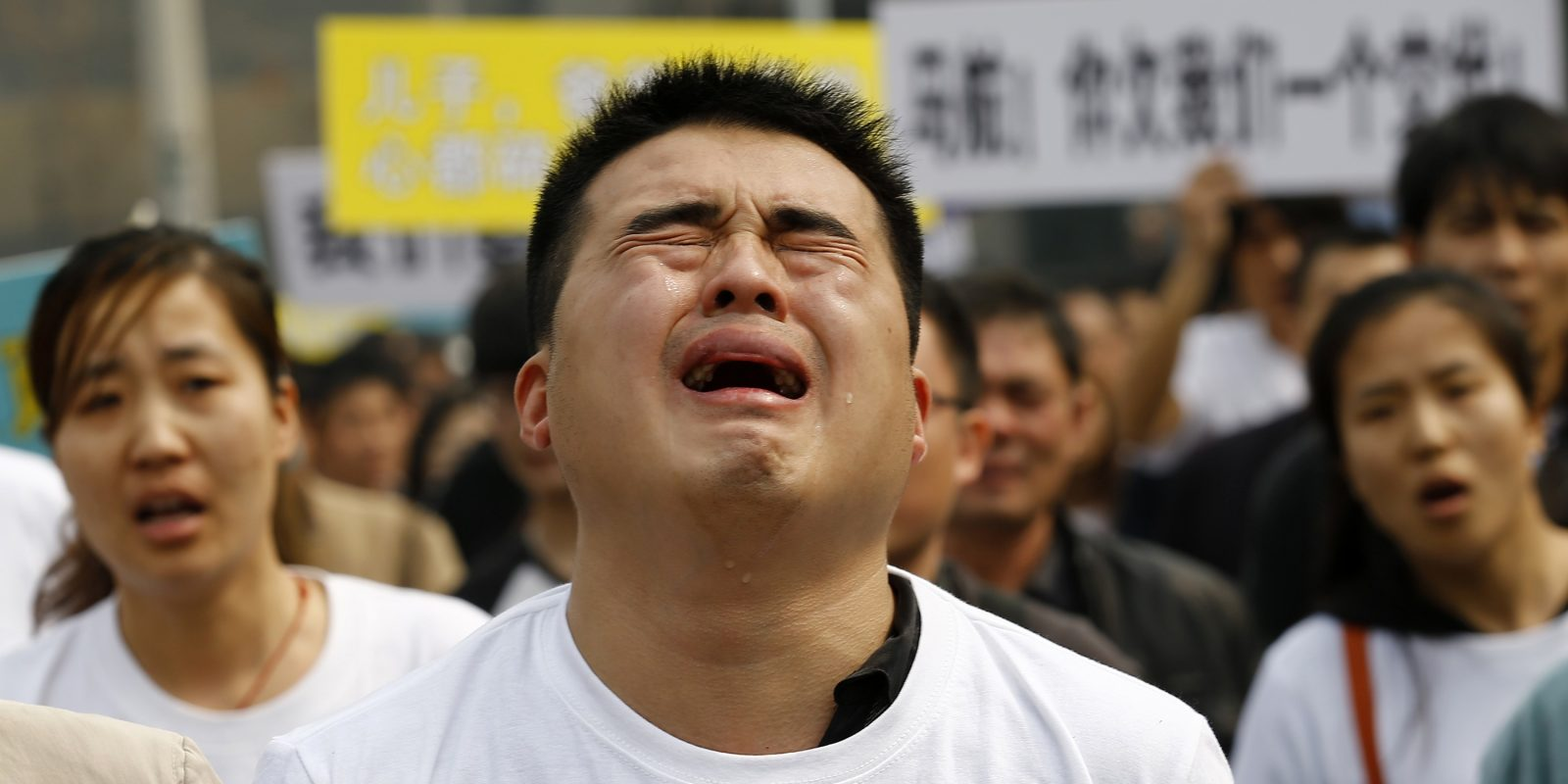 A family member of passenger on board Malaysia Airlines MH370 cries during protest in front of Malaysian embassy in Beijing. Imagen Por: A family member of a passenger on board Malaysia Airlines MH370 cries as he shouts slogans during a protest in front of the Malaysian embassy in Beijing, March 25, 2014. Angry relatives of Chinese passengers aboard the missing Malaysia Airlines plane denounced the Kuala Lumpur government and its national carrier as