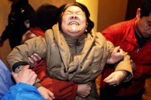 A relative of passengers aboard Malaysia Airlines MH370 cries in Beijing, after hearing an announcement on the missing flight by Malaysian PM Najib. Imagen Por: A relative of passengers aboard Malaysia Airlines MH370 cries at the Lido hotel in Beijing, March 24, 2014, after hearing an announcement on the missing flight by Malaysian Prime Minister Najib Razak. Relatives of Chinese passengers on the missing flight screamed, cried and collapsed on the ground on Monday after Najib announced the jet ended its journey in the remote Southern Indian Ocean. REUTERS/Kim Kyung-Hoon (CHINA - Tags: DISASTER TRANSPORT)