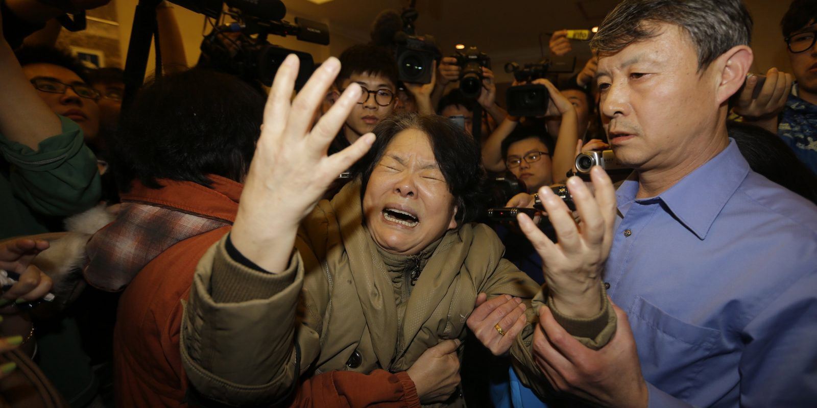 A family member of a passenger aboard Malaysia Airlines MH370 cries as she is surrounded by journalists after watching a television broadcast of a news conference, at the Lido hotel in Beijing. Imagen Por: A family member of a passenger aboard Malaysia Airlines MH370 cries as she is surrounded by journalists after watching a television broadcast of a news conference, at the Lido hotel in Beijing, March 24, 2014. Relatives of Chinese passengers aboard the missing Malaysia Airlines flight reacted with hysteria on Monday after the Malaysian prime minister announced the jet ended its journey in the remote Southern Indian Ocean. REUTERS/Jason Lee (CHINA - Tags: TRANSPORT DISASTER MEDIA TPX IMAGES OF THE DAY)