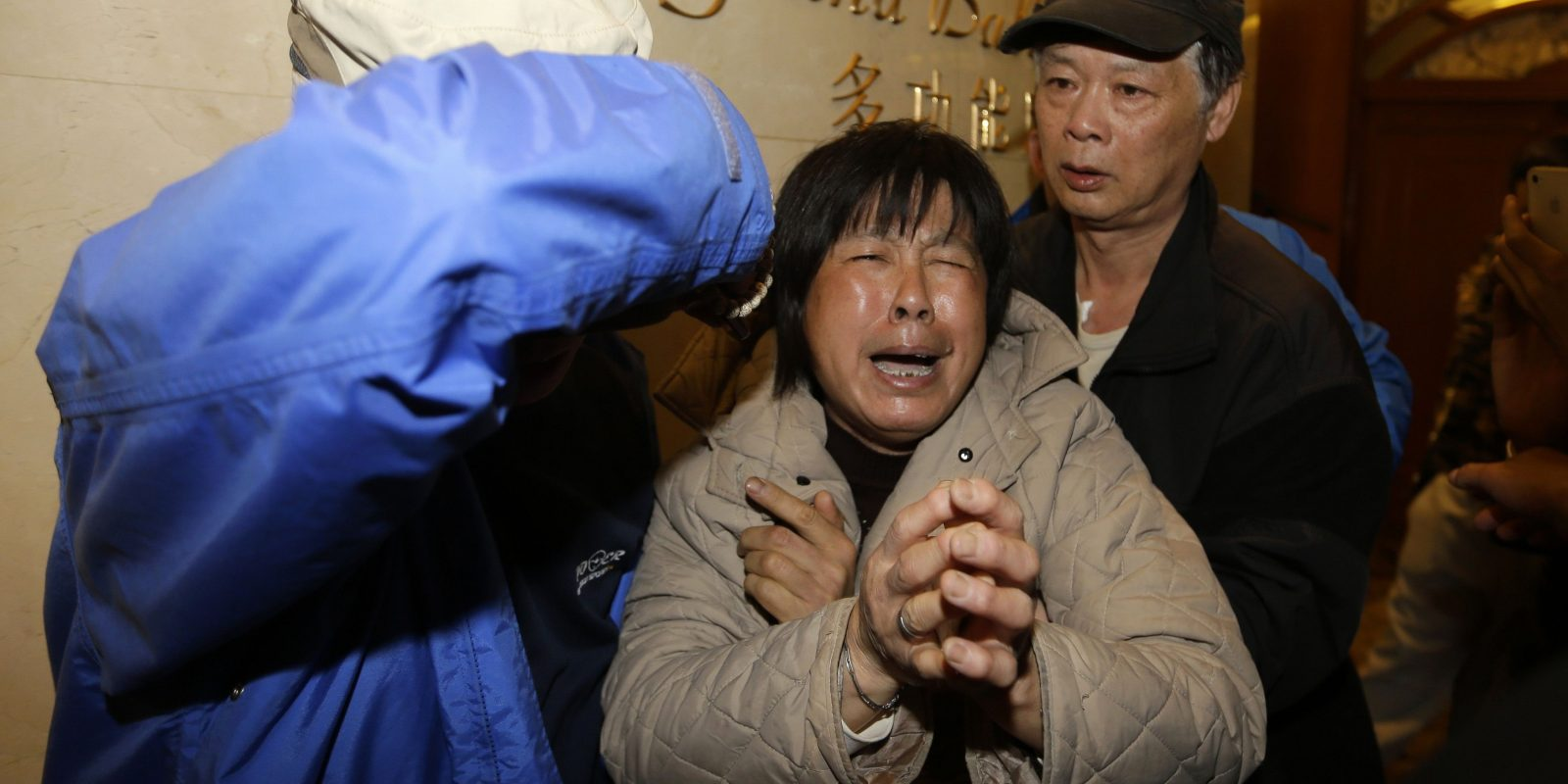 A family member of a passenger aboard Malaysia Airlines MH370 cries after watching a television broadcast of a news conference in Beijing. Imagen Por: A family member of a passenger aboard Malaysia Airlines MH370 cries after watching a television broadcast of a news conference, at the Lido hotel in Beijing March 24, 2014. The Malaysia Airlines plane that disappeared over two weeks ago crashed in the southern Indian Ocean, Prime Minister Najib Razak said on Monday. REUTERS/Jason Lee (CHINA - Tags: TRANSPORT DISASTER)