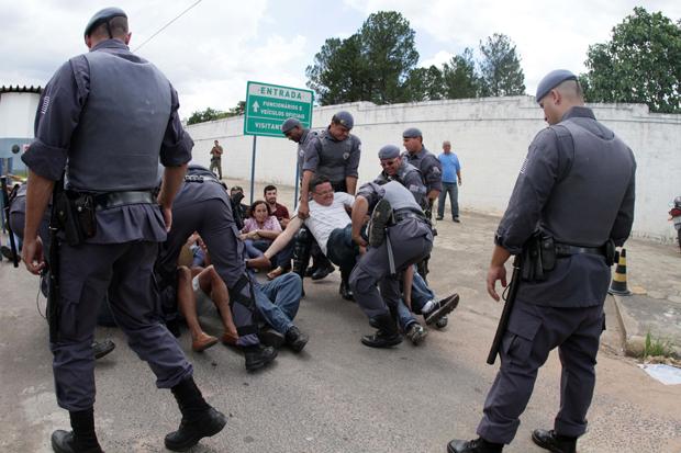 Grevistas foram carregados para liberar a passagem dos detentos | Denny Cesare/Código 19/Folhapress