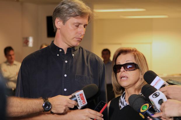 Giselda, mulher de Bellini, fala à imprensa durante o velório do ex-jogador / Marcelo D
