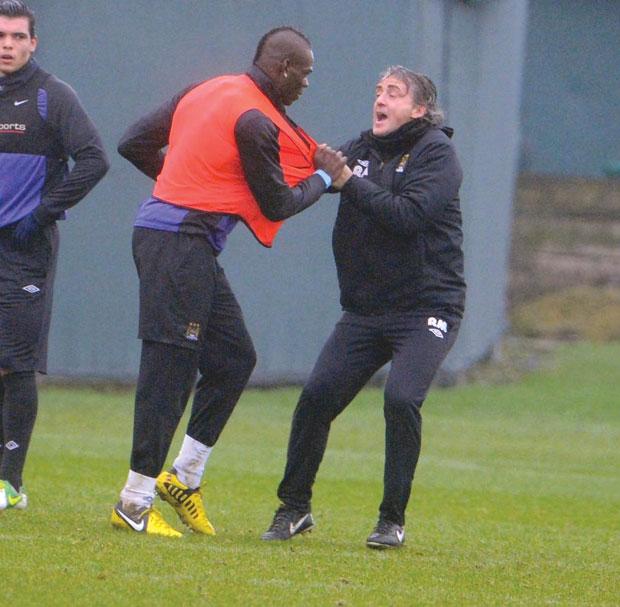 Roberto  Mancini se irritou com  Balotelli num treino do City e pediu para o atacante sair do treino. Ele não gostou e foi tirar satisfação. Ambos quase chegaram  às vias de fato | Reprodução